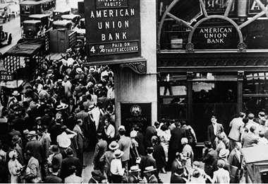Pánico. La multitud se agolpó a las puertas del Union Bank para retirar sus ahorros.Foto: Infobae