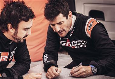 Fernando Alonso junto a Marc Coma. Foto: Toyota