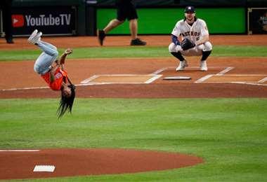 La gimnasta fue invitada a lanzar la pelota. Foto. AFP
