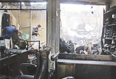 El ente electoral quedó en ruinas tras el voraz incendio de ayer