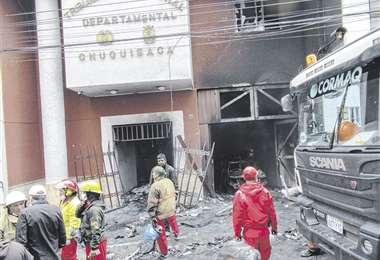 El edificio del Tribunal Electoral quedó en ruinas tras el incendio que sufrió. Se paralizó el cómputo oficial