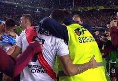 Ex vigilante de Boca Juniors no contuvo su emoción y abrazó a los jugadores de River Plate