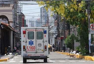 Una ambulancia recorre las calles de la ciudad