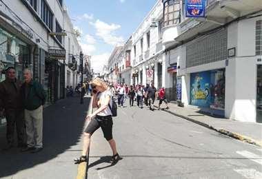 La población empieza a reunirse para asistir al Cabildo. Foto William Zola