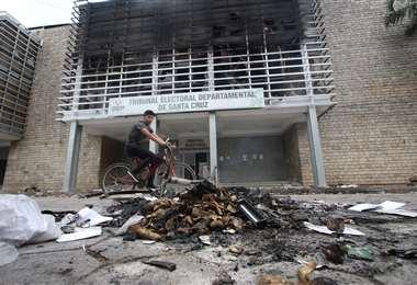 La entrada del reciento electoral muestra el daño ocasionado por el fuego