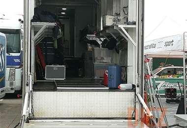 Para trasladar todos los fierros y realizar el trabajo de logística, aparte del camión, se cuenta con tres furgones y un camión pequeño. Foto: Rainer Durán