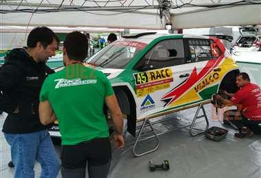 Equipo de mecánicos pendientes del coche de Bulacia. Foto: Rainer Durán