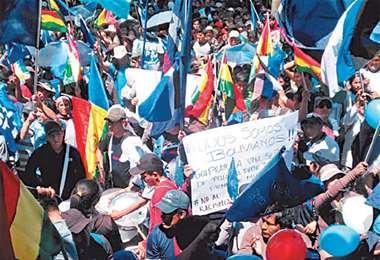 La concentración en la plaza 14 de Septiembre se mantuvo hasta después del mediodía en Cochabamba. Foto: HUMBERTO AYLLÓN