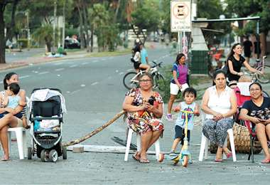 Familias enteras se apostaron en las calles y avenidas de la capital cruceña para vigilar que se cumpla la medida cívica, como se observó en el segundo anillo de la avenida Busch. Foto: HERNÁN VIRGO
