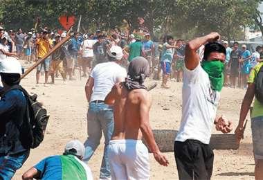 Los marchistas afines al MAS salieron a festejar 'la victoria de Evo Morales'; en su paso intentaron desbloquear piquetes de vecinos que piden una segunda vuelta electoral. FOTO: FUAD LANDÍVAR Y ROLANDO VILLEGAS