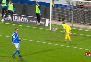 Michael Eberwein tocó el balón antes de que cruce la línea de fondo, situación prohibida por el reglamento FIFA. Foto. Internet