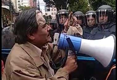 El rector de la universidad pública paceña dirigiéndose a los efectivos policiales