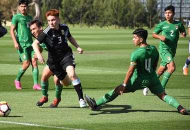 Christian Osinaga (4) en plena acción durante el primer amistoso que Bolivia ganó (0-1) a Argentina. En la revancha se impuso la Albiceleste (2-0). En el último partido el capitán sufrió la lesión
