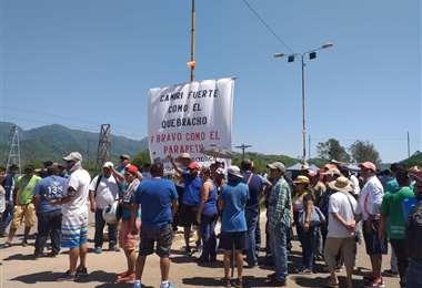 En Camiri los manifestantes impidieron el paso de los transportistas que quisieron levantar el bloqueo.