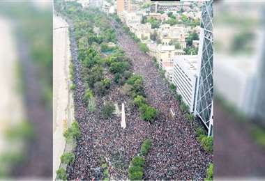 Una marea humana tomó las principales vías de la capital chilena contra la política de Piñera. Foto: AFP