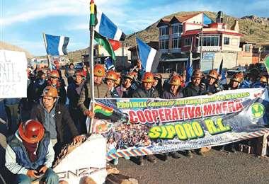 Los mineros afines al MAS también cumplen un bloqueo en Potosí. Foto: APG Noticias