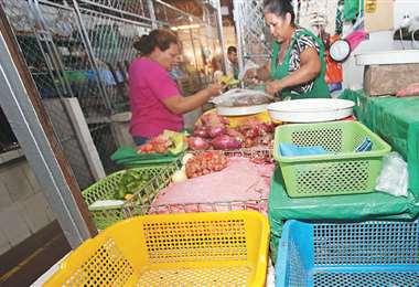 A las pocas horas de abiertos los mercados se acaban los productos. Los comerciantes no pueden abastecer sus puestos. Comité pide que dejen circular a los camiones con alimentos. Foto: HERNÁN VIRGO /ROLANDO VILLEGAS /JORGE UECHI /AFP