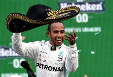 Hamilton recibió un sombrero mexicano en el medio de ganadores. El británico está a un paso de una nueva corona en la F-1. Foto. AFP