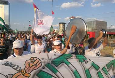 Mujeres marcharon esta tarde en la ciudad de Santa Cruz. Foto Hernán Virgo