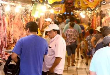 Los mercados lucen con bastante gente buscando abastecerse. (foto: Jorge Uechi)