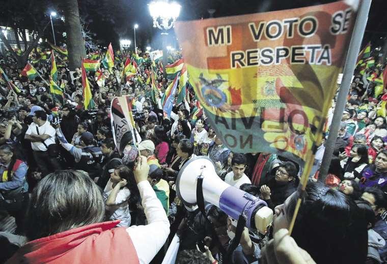 Miles de personas asistieron el viernes en la noche al cabildo en la plaza 14 de Septiembre (APG)
