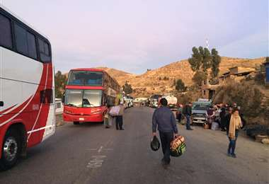 Los buses que salieron de Cochabamba hacia el occidente no llegaron a su destino por el bloqueo. Foto: Jesús Alanoca