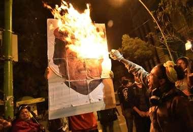 El sábado, una gran cantidad de personas sorprendieron y llegaron hasta la zona de San Jorge, donde está la residencia del presidente Morales. Foto: APG Noticias