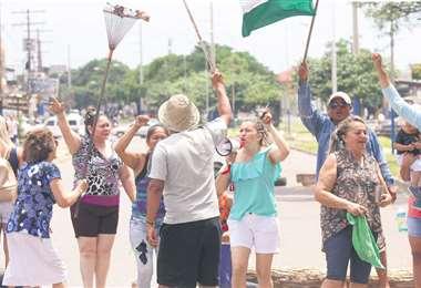 Un grupo de vecinos no solo bloquea un punto de la ciudad, sino también hace escuchar su voz a quienes circulan por el lugar. Foto: Ricardo Montero