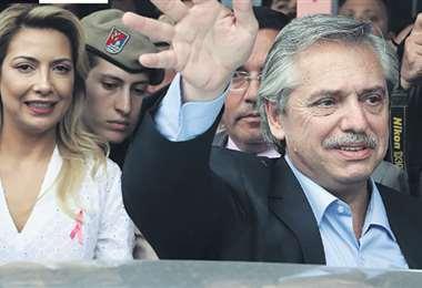 Alberto Fernández junto a su esposa, Marcela Luchetti, será presidente de una Argentina en plena crisis. Foto: AFP
