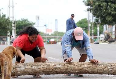 Dos vecinos del barrio Estación Argentina, de Santa Cruz, se mantienen firmes en la protesta. Foto: Ricardo Montero