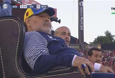 Maradona dirige a Gimnasia desde el sillón que le puso Newell's. Foto: TNT Sports