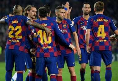Messi es rodeado por sus compañeros tras anotar al Valladolid. Foto. AFP