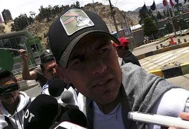 Juan Carlos Arce brinda declaraciones tras la práctica de Bolívar en Iparvi. Foto: Futbolmania