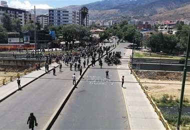 Un contingente policial separa a los dos bandos