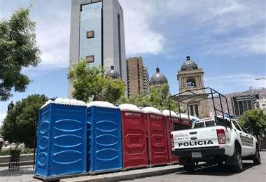 Los mingitorios fueron colocados en plaza Murillo I Foto: Miguel Melendres.