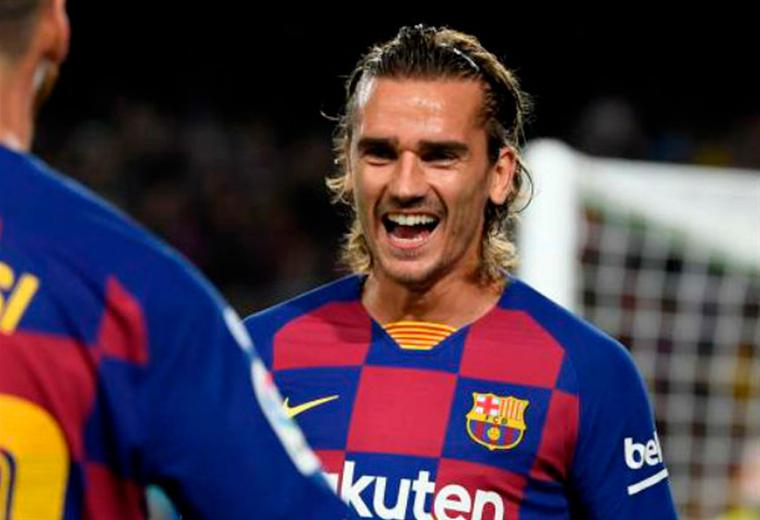 Messi se abraza con Griezmann en un partido del Barcelona. Foto: AFP