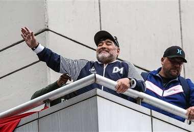 Maradona saluda desde su balcón en el hotel Ros Tower a los hinchas rosarinos. Foto: Newell's
