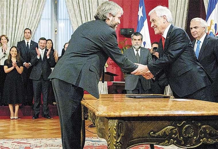 El presidente Sebastián Piñera felicita a uno de los nuevos integrantes de su gabinete de ministros