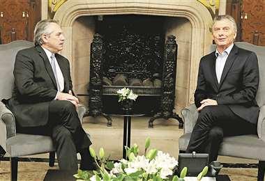 Fernández (izq.) y Macri durante el encuentro sostenido en la Casa Rosada, en Buenos Aires