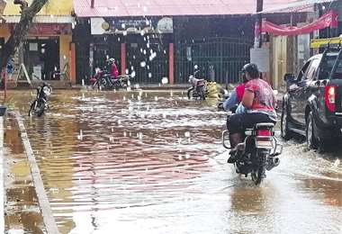 En el municipio de Pailón llovió ayer pasado el mediodía; algunas calles se llenaron de agua. En otros municipios cruceños no cayó ni una gota. Foto: HUBERTH VACA
