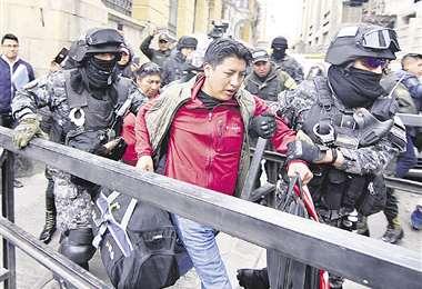 Pumari intentó instalar su huelga en plaza Murillo y fue desalojado. El cívico potosino anuncia paro general en su departamento desde el lunes. Foto: APG NOTICIAS