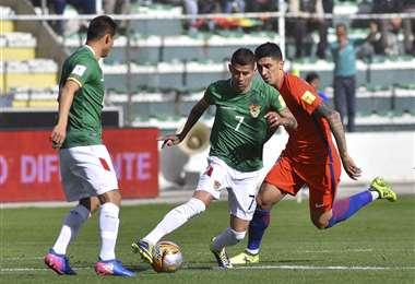 Del partido entre bolivianos y chilenos en las eliminatorias para el Mundial de Rusia 2018. Foto: APG