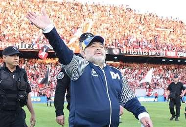 Maradona saluda al público rosarino en el estadio Marcelo Bielsa. Foto: Newell's
