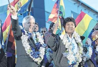 Evo Morales estuvo en el festejo del MAS, en El Alto, junto a García Linera. Foto: ABI