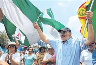 El candidato de Comunidad Ciudadana, Carlos Mesa, recorrió ayer el segundo anillo. Foto: Ricardo Montero