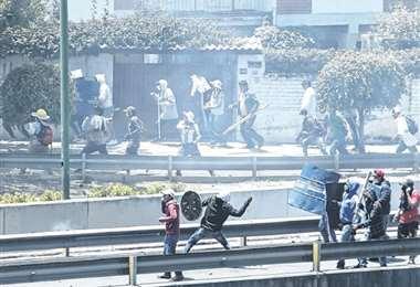 Los opositores al Gobierno se concentraron en el puente Muyurina. Fueron atacados por los afines al MAS. Foto: APG