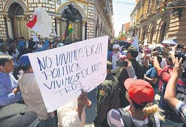 Las Policía impidió el paso de la marcha gremial del MAS a la plaza principal del Tarija para evitar peleas.Foto: APG Noticias