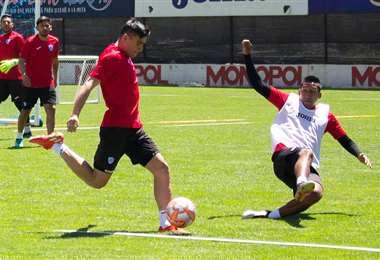Leonardo Vaca durante una práctica de Bolívar con Cristhian Machado. Foto: Club Bolívar