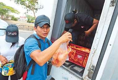 Camiones de Sofía salieron a distribuir carne de pollo, uno de ellos en la av. Virgen de Cotoca y 4to anillo. Foto: FUAD LANDÍVAR