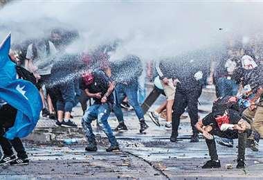 La represión de los carabineros y los militares ha ocurrido en Santiago y en otras ciudades. Foto: AFP